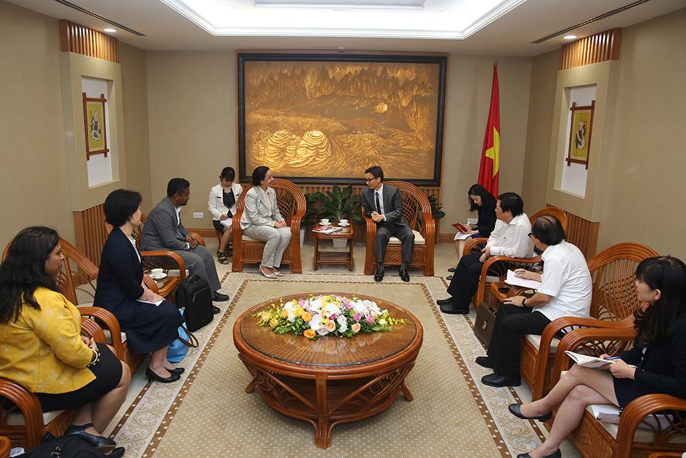 Phó thủ tướng Vũ Đức Đam trao đổi với Giám đốc Chương trình Lao toàn cầu Tereza Kasaeva. Ảnh: VGP/Đình Nam