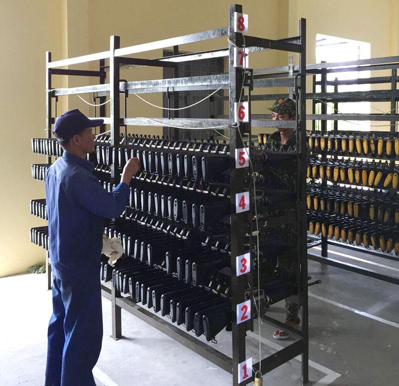 Công tác bảo quản vũ khí, thiết bị tại Đại đội kho Phòng Kỹ thuật. Ảnh: Đ.Thạch