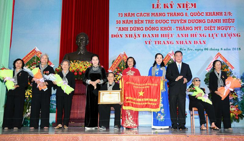 Chủ tịch Quốc hội Nguyễn Thị Kim Ngân trao Danh hiệu Anh hùng lực lượng vũ trang nhân dân cho Đội quân tóc dài Bến Tre. Ảnh: H. Hiệp