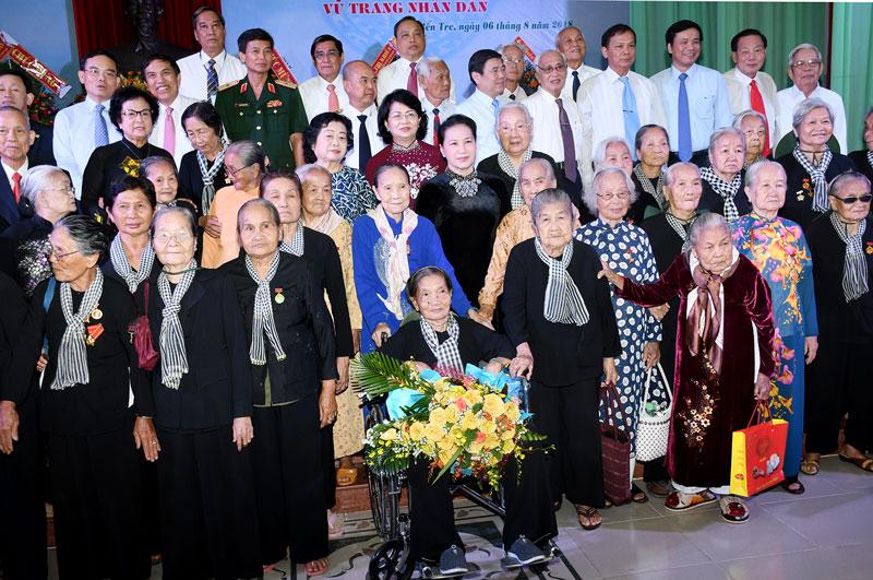 Lãnh đạo Trung ương, tỉnh chụp ảnh với các đại biểu Đội quân tóc dài Bến Tre. Ảnh: H. Hiệp