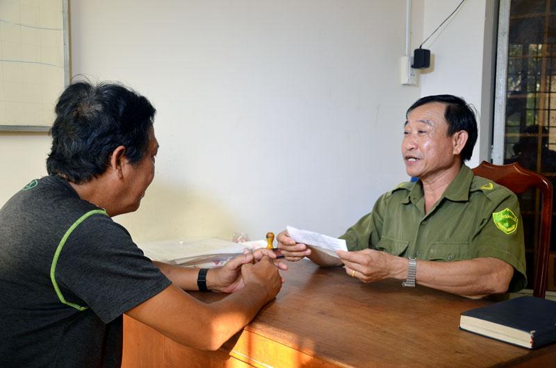 Ông Phạm Văn Thơi đang tiếp dân.
