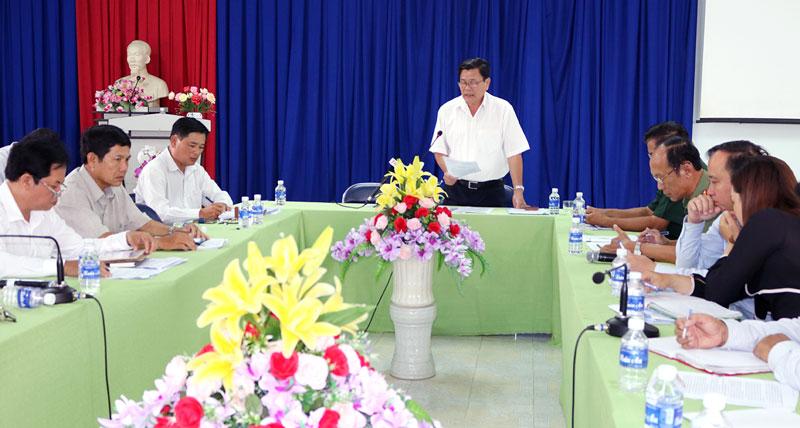 Phó chủ tịch UBND tỉnh Nguyễn Hữu Lập chủ trì hội nghị. Ảnh: Phan Hân