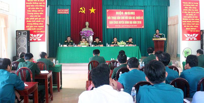 Quang cảnh buổi đối thoại với cán bộ, chiến sĩ Ban CHỉ huy Quân sự huyện Bình Đại. Ảnh: Chí Linh