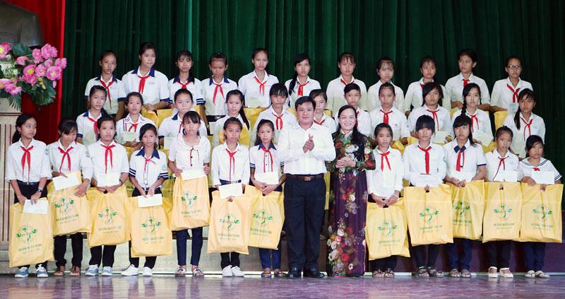 Các học bổng được trao dịp đầu năm học hàng năm kịp thời hỗ trợ các em học sinh tiếp tục đến trường.