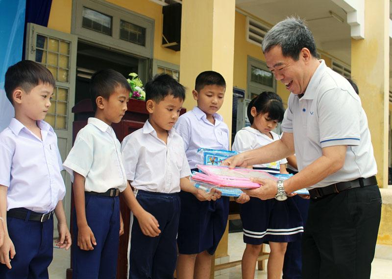 Trao học phẩm và học bổng cho học sinh Trường Tiểu học Trà Thị Cụt.  Ảnh: T. Lập