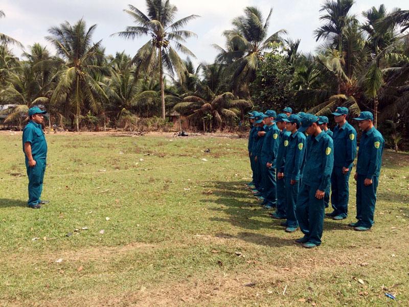 Cán bộ huấn luyện của xã Tân Thành Bình duy trì giờ học trên thao trường.