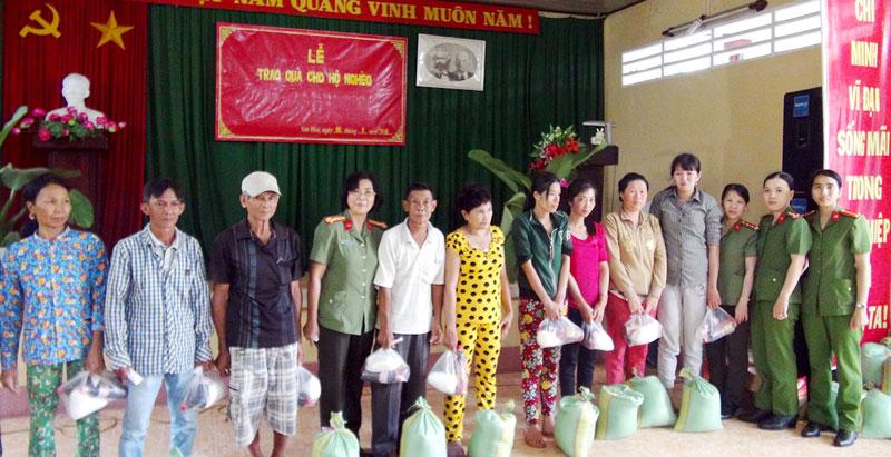 Hội Phụ nữ Công an tỉnh tặng quà ở Hội trường UBND xã Sơn Hòa, huyện Châu Thành. Ảnh: Bảo Nhân