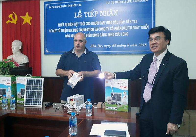 Quỹ từ thiện Ellumis và Công ty cổ phần Đầu tư phát triển các khu kinh tế biển đồng bằng sông Cửu Long trao 200 thiết bị điện mặt trời cho hộ dân vùng sâu. Ảnh: Cẩm Trúc