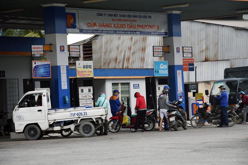 Cửa hàng Xăng dầu Phường 8, TP. Bến Tre thu hút đông khách hàng. Ảnh: T. Huyền