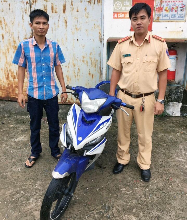 Cán bộ xử lý bàn giao xe bị mất trộm cho cơ quan điều tra huyện Củ Chi.