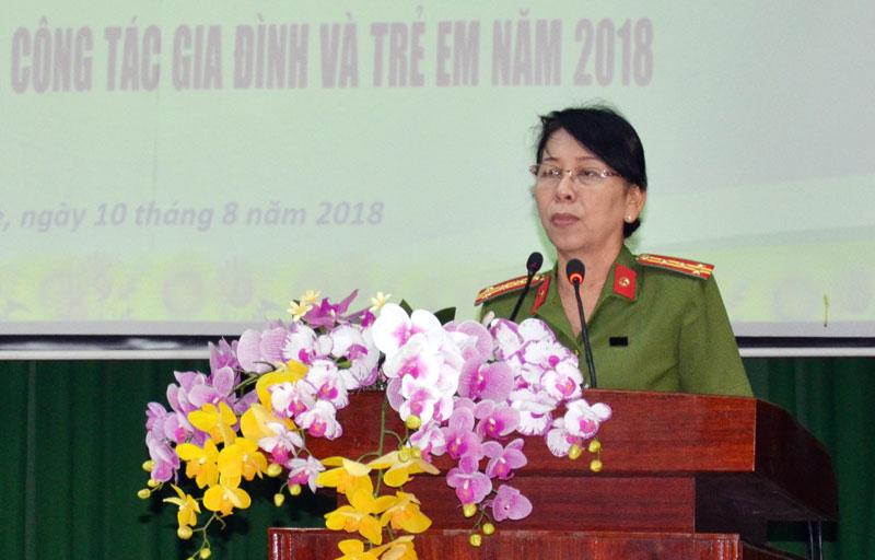 Đại tá Trần Thị Bé Nhân - Phó giám đốc Công an tỉnh phát biểu tại hội nghị.