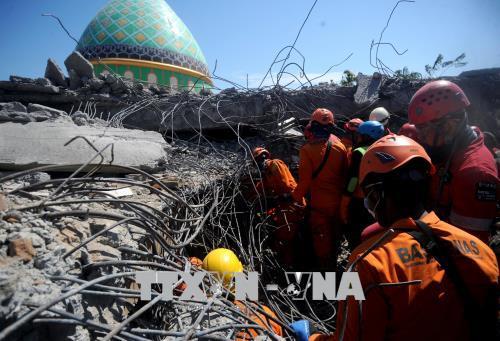 Nhân viên cứu hộ tìm kiếm các nạn nhân tại một nhà thờ Hồi giáo bị sập sau trận động đất ở Lombok. Ảnh: THX/TTXVN