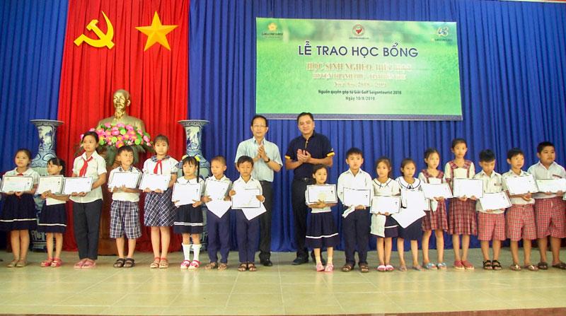 Trao học bổng cho học sinh. Ảnh: Văn Minh