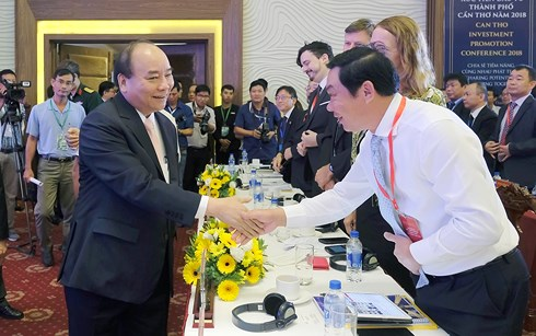 Thủ tướng Nguyễn Xuân Phúc gặp mặt các đại biểu dự Hội nghị.