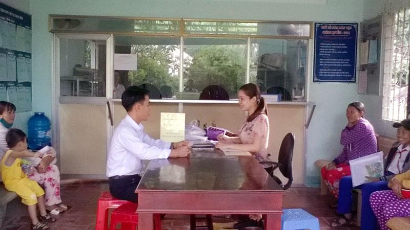 Người dân đến đăng ký tham gia bảo hiểm tại điểm xã Tân Thanh.