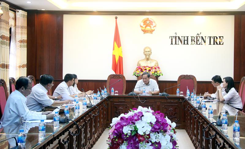 Phó chủ tịch UBND tỉnh Nguyễn Hữu Phước trao đổi tại buổi làm việc. Ảnh: Ngân Hà