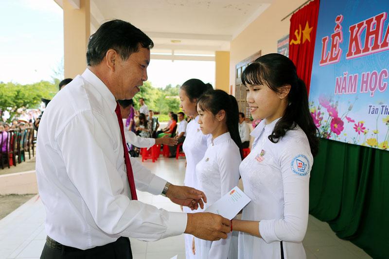 Chủ tịch UBND tỉnh Cao Văn Trọng trao học bổng cho các em học sinh. Ảnh: Phan Hân