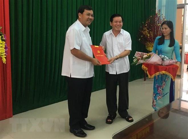 Đồng chí Kim Ngọc Thái (trái) nhận Quyết định chuẩn y Phó Bí thư Tỉnh ủy Trà Vinh. (Ảnh: Thanh Hòa/TTXVN)