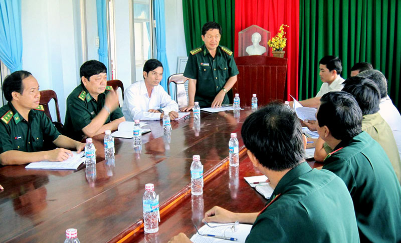Đại tá Nguyễn Văn Tuân - Chỉ huy trưởng BĐBP tỉnh làm việc với lãnh đạo UBND xã biên giới biển Tân Thủy, huyện Ba Tri. Ảnh: Biên Cương