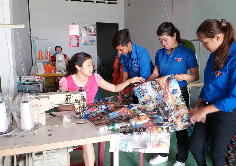 Đoàn viên, thanh niên xã Phú Phụng tham quan tại xưởng may túi của anh Đinh Xuân Nghiêm.