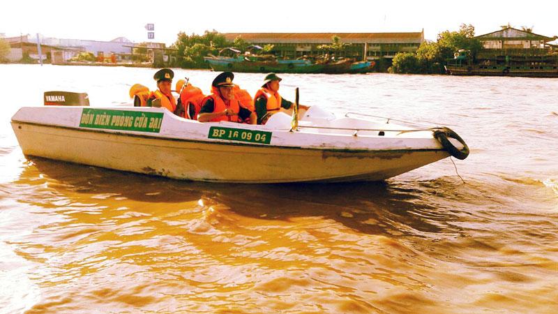 Cán bộ, chiến sĩ Đồn Biên phòng Cửa Đại tuần tra trên sông Bình Châu đoạn xã Bình Thắng. Ảnh: Đức Chính