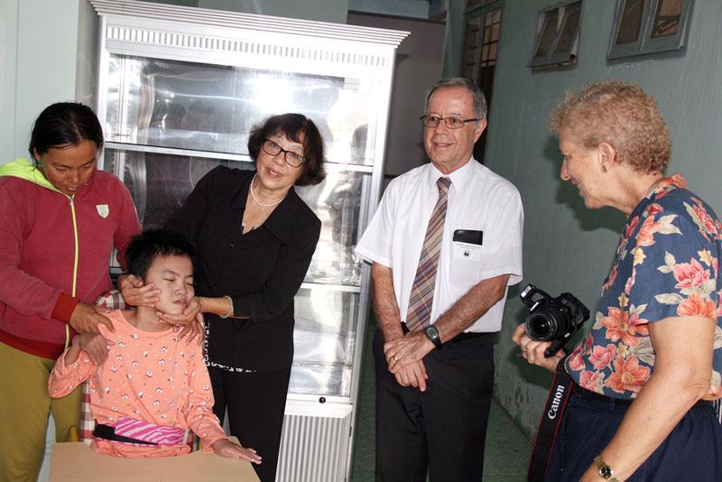 Nhiều tổ chức nước ngoài đến thăm, hỗ trợ nạn nhân da cam Bến Tre. Ảnh: CTV