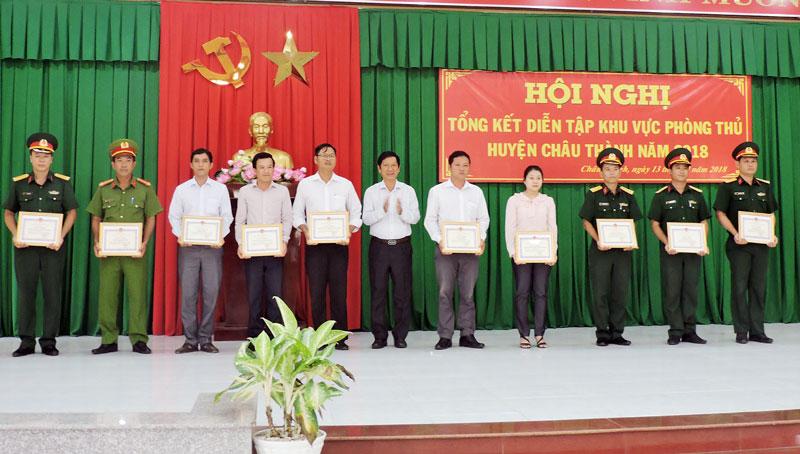Các tập thể nhận giấy khen của UBND huyện. Ảnh: P. Tuyết
