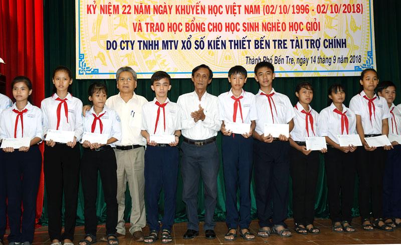 Chủ tịch UBND TP. Bến Tre Cao Thành Hiếu, Phó giám đốc Công ty TNHH MTV Xổ số kiến thiết Bến Tre Nguyễn Tấn Bửu trao học bổng cho học sinh.