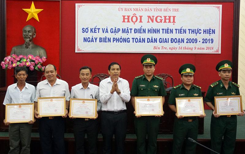 Chủ tịch UBND tỉnh Cao Văn Trọng trao bằng khen của UBND tỉnh cho các cá nhân có thành tích xuất sắc thực hiện Ngày Biên phòng toàn dân giai đoạn 2009-2019. Ảnh: Q. Hùng