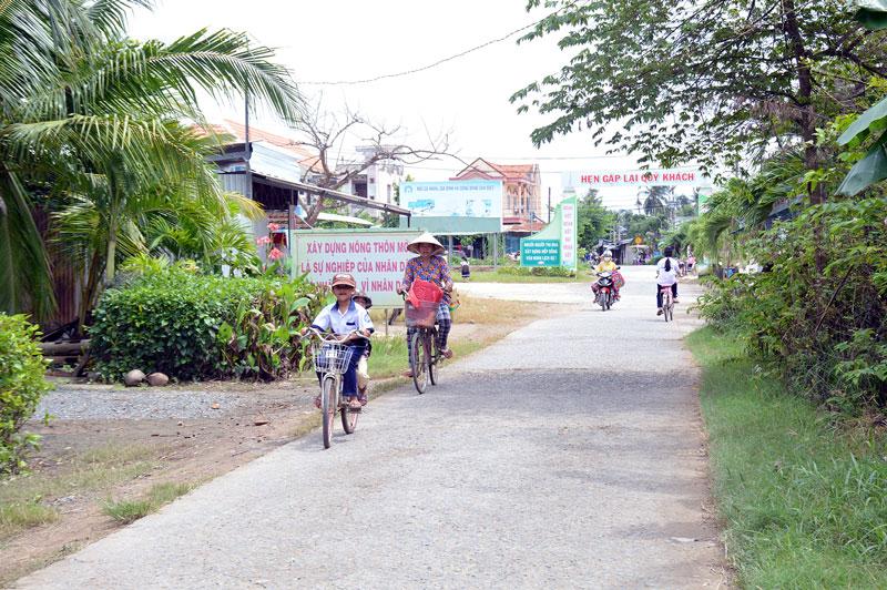 Con đường nông thôn mới xã Bình Thành do Nhà nước và nhân dân cùng làm.