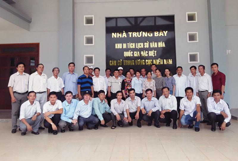 Đoàn UBKT Huyện ủy Mỏ Cày Bắc về nguồn thăm Nhà bia Di tích Ban Kiểm tra Trung ương tại huyện Tân Biên, tỉnh Tây Ninh. Ảnh: CTV