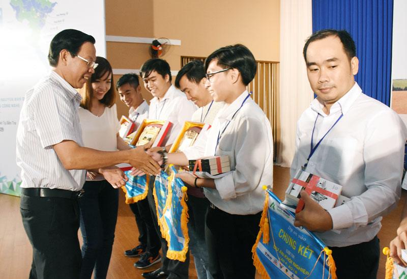 Phó bí thư Thường trực Tỉnh ủy Phan Văn Mãi trao quà và cờ cho các tác giả có dự án vào vòng chung kết. Ảnh: C.Trúc