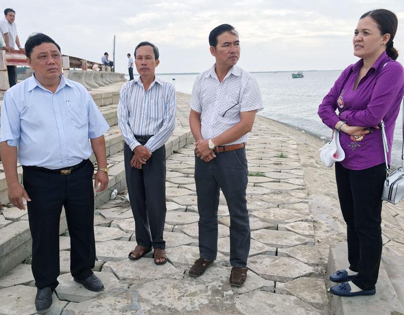Phó chủ tịch UBND huyện Trần Văn Hoàng (bìa trái) trao đổi với chính quyền địa phương xã Bảo Thuận. Ảnh: Trà Dũng