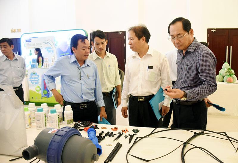 Doanh nghiệp giới thiệu sản phẩm công nghệ ứng dụng trong sản xuất nông nghiệp tại diễn đàn.