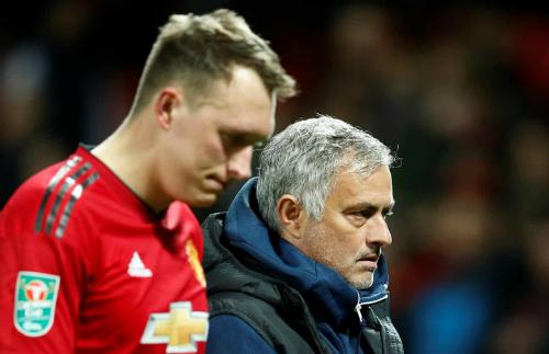 Nỗi thất vọng của Mourinho và cầu thủ đá hỏng luân lưu Phil Jones sau trận đấu. Ảnh: AFP.