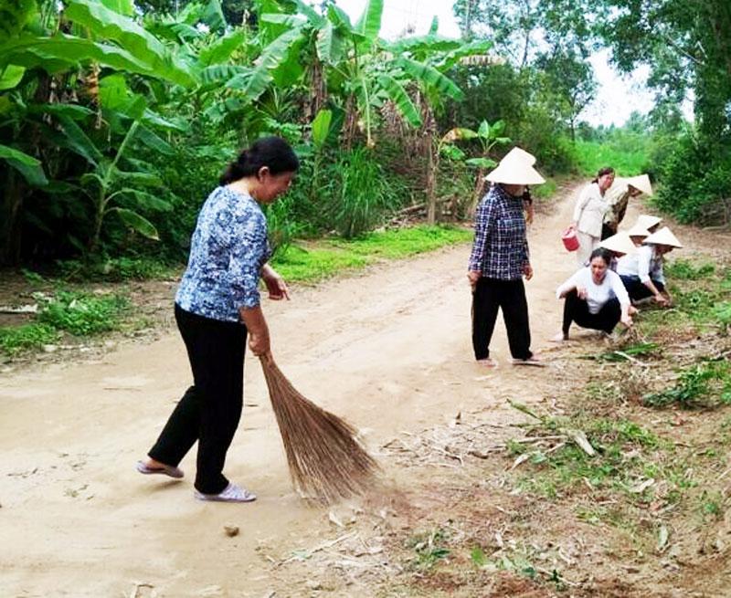 Hội viên, phụ nữ và nhân dân tham gia dọn dẹp vệ sinh các tuyến đường nông thôn. Ảnh: Hoàng Em