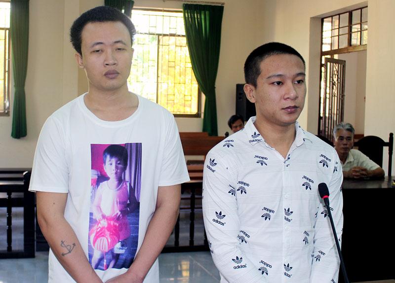Bị cáo Tài Ha Ha Mắch (bên trái) và bị cáo Huỳnh Văn Hải tại phên tòa hình sự sơ thẩm ngày 26-9-2018. Ảnh: Đ. Chính