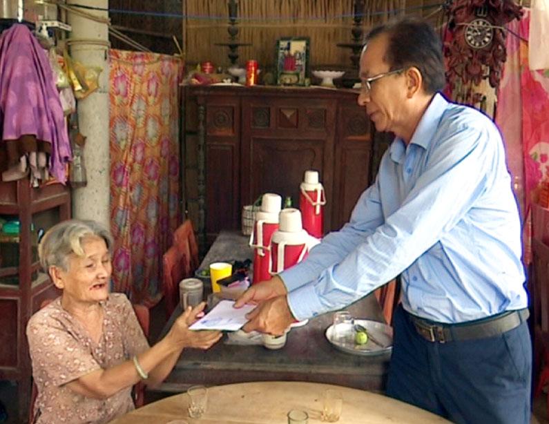 Đại diện đoàn thăm hỏi và trao tiền hỗ trợ cho gia đình anh Nguyễn Văn Hải. Ảnh: Trần Xiện