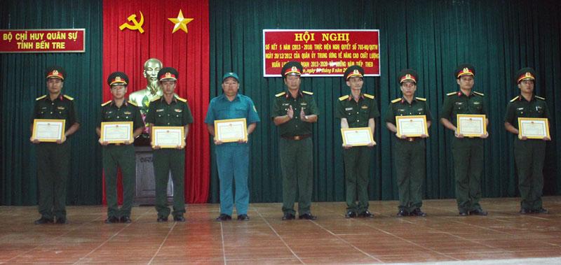 Khen thưởng các tập thể và cá nhân có thành tích trong huấn luyện 5 năm qua.