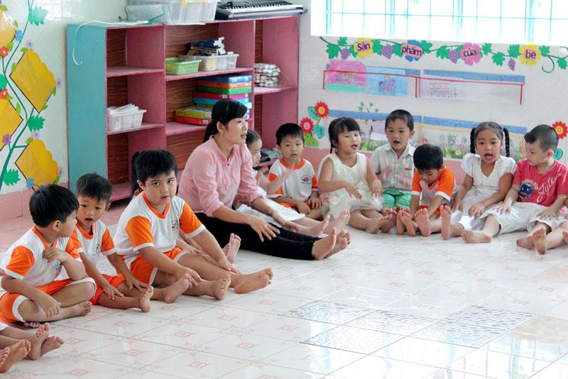 Cô và trẻ Trường Mầm non Thị trấn Chợ Lách trong giờ học. Ảnh: Cao Khiết