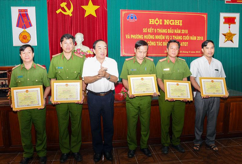 Ông Lê văn Hoàng - Phó trưởng ban Thường trực Ban ATGT tỉnh trao bằng khen của UBND tỉnh cho các tập thể tiêu biểu.