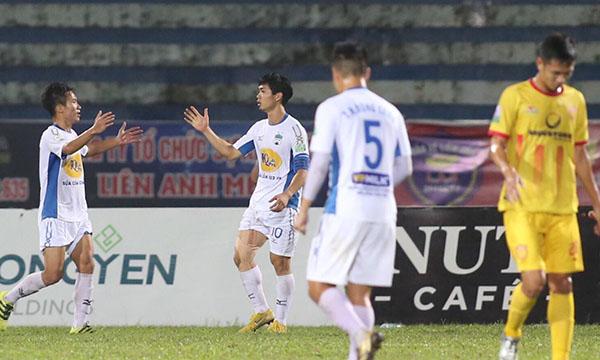 Công Phượng chơi hiệu quả và là tâm điểm của những đợt lên bóng của HAGL khi đấu Nam Định. Ảnh: VnExpress