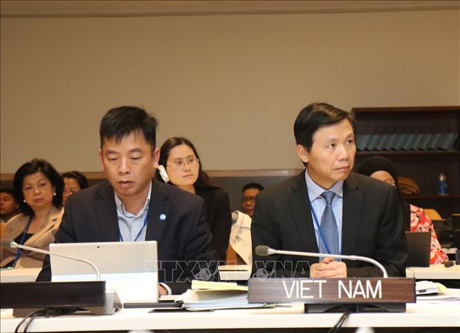Thứ trưởng Ngoại giao Đặng Đình Quý (bên phải), Đại sứ, Trưởng phái đoàn Đại diện Việt Nam tại Liên hợp quốc dẫn đầu đoàn Việt Nam dự Hội nghị.