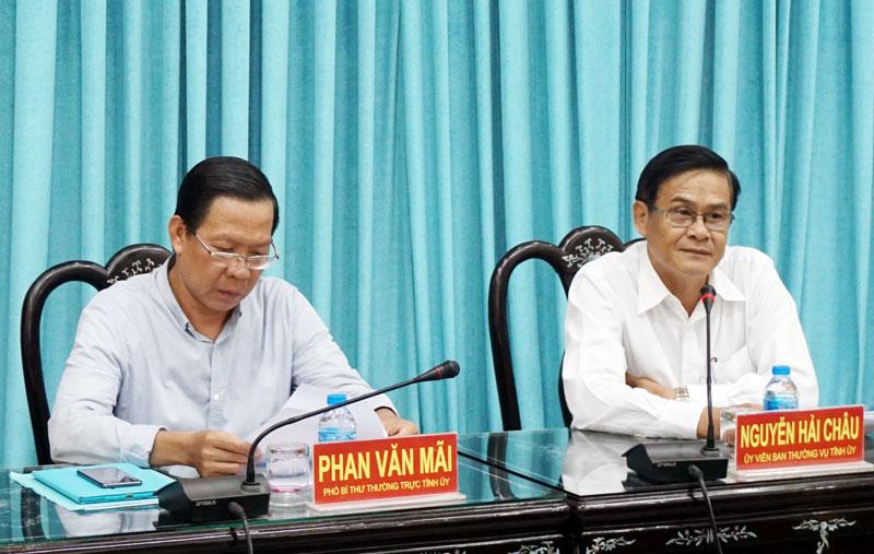 Phó bí thư Thường trực Tỉnh ủy Phan Văn Mãi (bên trái) và Trưởng ban Nội chính Tỉnh ủy Nguyễn Hải Châu chủ trì hội nghị. Ảnh: Q. Hùng