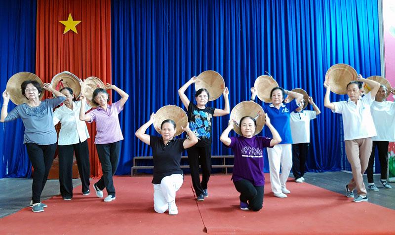 Thành viên câu lạc bộ văn nghệ tập luyện tại Nhà Văn hóa Người cao tuổi tỉnh.