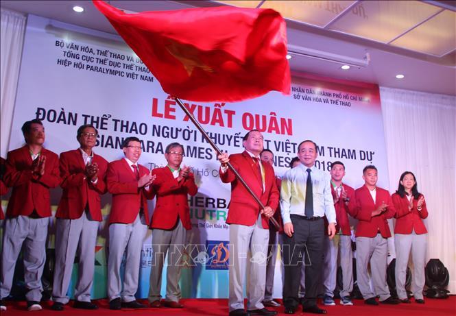 Đại diện Bộ Văn hóa và Thể thao trao cờ xuất quân cho đoàn thể thao người khuyết tật Việt Nam. Ảnh: Xuân Dự/TTXVN
