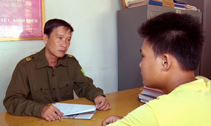 Anh Đặng Thành Nhân đang lấy lời khai đối tượng tàng trữ trái phép chất ma túy.
