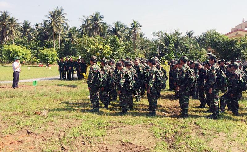 Chủ tịch UBND huyện Mỏ Cày Bắc Nguyễn Văn Bàn phát biểu trong buổi động viên huấn luyện quân nhân dự bị. Ảnh: Đặng Thạch