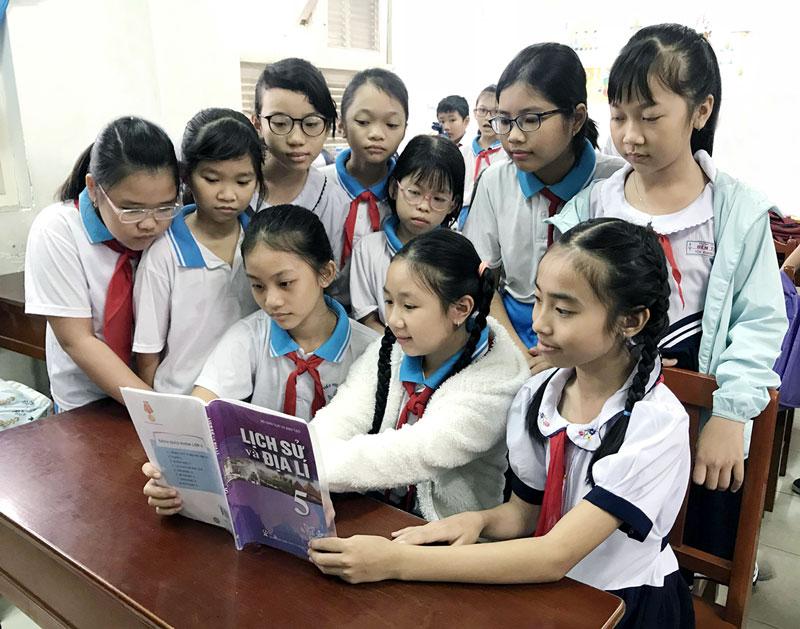 Học sinh Trường Tiểu học Bến Tre cùng ôn bài môn Lịch sử và Địa lý. ảnh: Lê Uyên