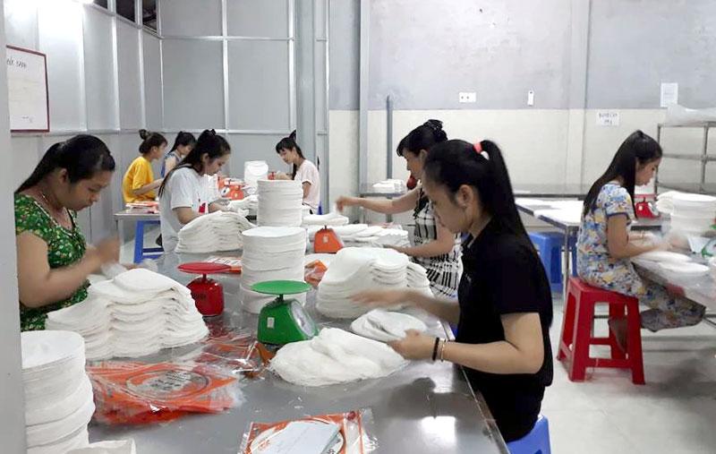 Sản xuất bánh tráng rế tại DN tư nhân Vinh Phước Hưng.